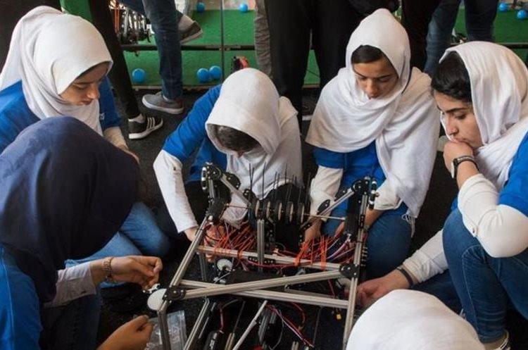 Un equipo de niñas afganas protagonizó titulares internacionales al serles denegadas sus visas en dos ocasiones. Finalmente, pudieron participar. PAUL J. RICHARDS/AFP/GETTY IMAGES