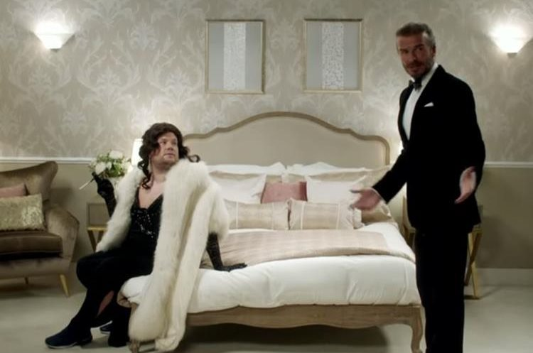 David Beckham como James Bond ya James Corden como la chica Bond
