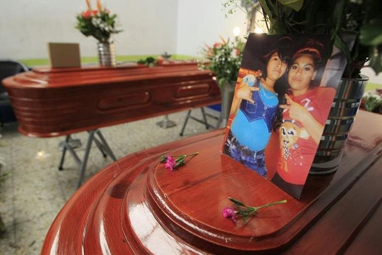 Ángela y Verónica Crisóstomo son veladas en el Salón Municipal de la Alcaldía Auxiliar, zona 3. (Foto Edwin Bercián)
