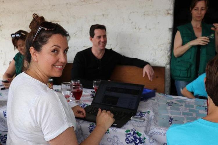 Mónica Vicente revisa su canal de Youtube. Foto Prensa Libre: Héctor Cordero.