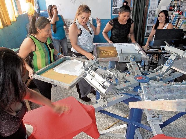 solo 16  de 958 presidiarias participan en el taller serigráfico artesanal del centro de reclusión Santa Teresa.
