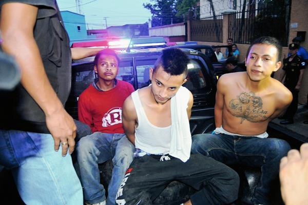 Presuntos pandilleros fueron capturados  en un allanamiento que la PNC llevó a cabo en una vivienda de Coatepeque, Quetzaltenango. (Foto Prensa Libre: Alexánder Coyoy)