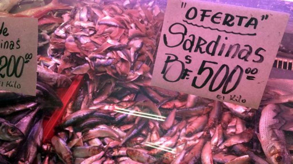 Las sardinas, que son baratas y no tienen reputación de finas en Venezuela, han tenido un pequeño auge por la crisis. DANIEL PARDO / BBC MUNDO