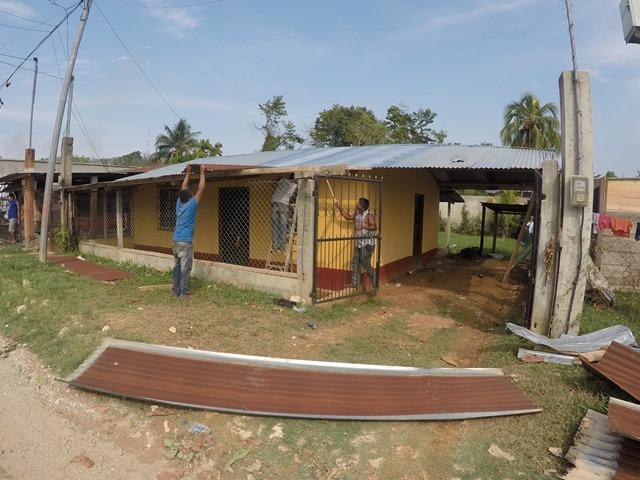 Dos hombres reconstruyen su vivienda afectada por los vientos registrados el lunes por la noche. (Foto Prensa Libre. (Rduardo Sam Chun)