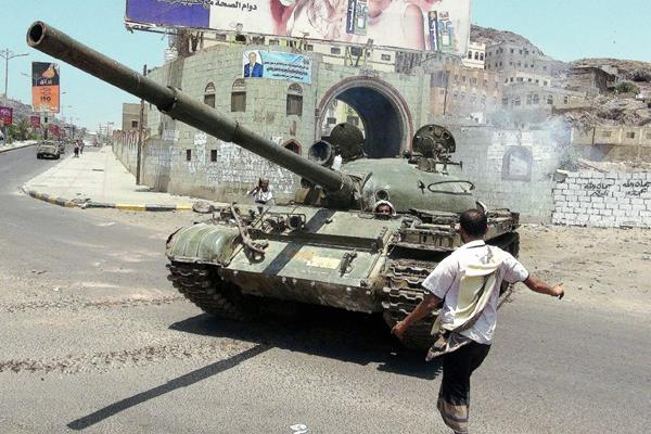 Un tanque que pertenece al ejército yemení, en la ciudad de Adén, Yemen. (Foto Prensa Libre:EFE)