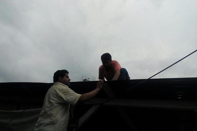 Afectados por ráfagas de viento en San Antonio Suchitepéquez intentan efectuar reparaciones en sus viviendas. (Foto Prensa Libre. Omar Méndez)