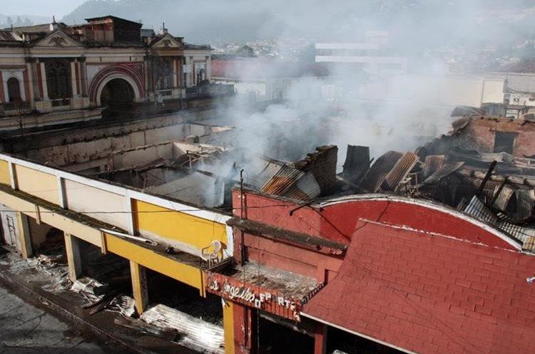 Un incendio en la zona 1 de Xela consumió varios locales comerciales. (Foto HemerotecaPL)