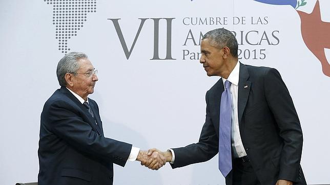 Castro y Obama se dan la mano en la Cumbre de las Américas de Panamá, que fue la primera vez que se reunió un presidente de Cuba y el de EE. UU. (Foto Prensa Libre: Hemeroteca PL.