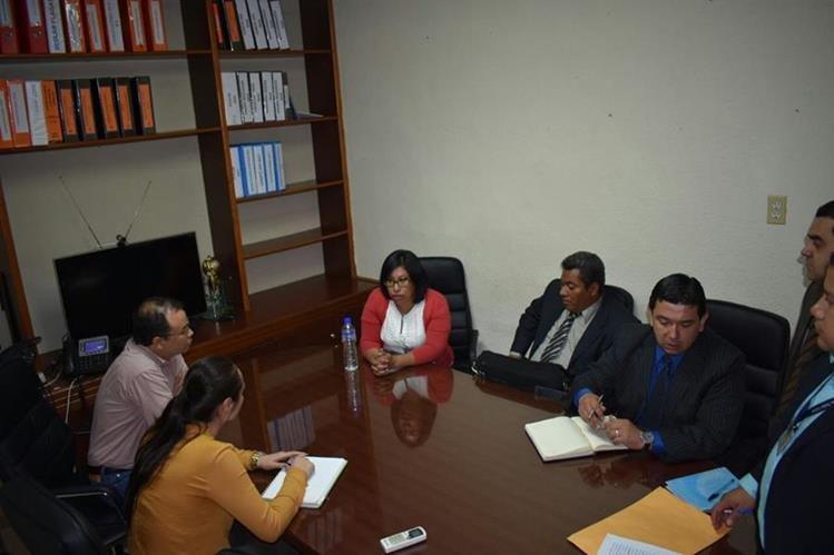 Abogados de la SAT llevan a cabo la intervención de la Aroma, S. A., los atienden representantes de la empresa. (Foto, Prensa Libre: SAT)
