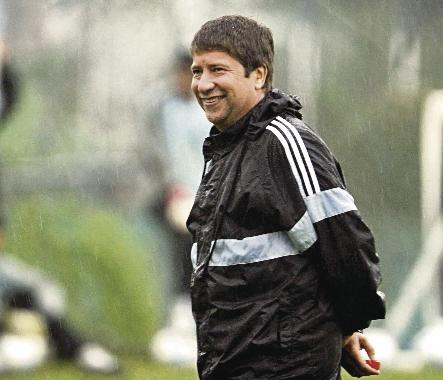 El técnico Hernán Darío Gómez hizo una nueva convocatoria para el amistoso frente a El Salvador. (Foto Prensa Libre: AFP)