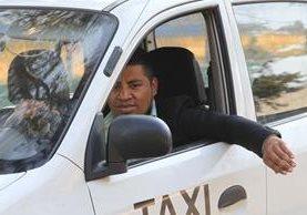 Después de un largo período sin empleo, aceptó el reto de conducir un taxi. (Foto Prensa Libre: Estuardo Paredes).