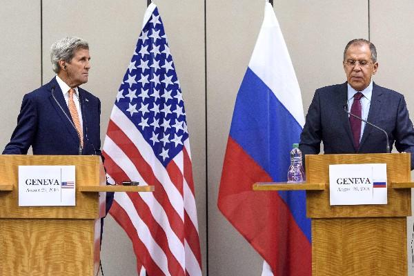 John Kerry, (D) y Serguei Lavrov (d), durante la conferencia de prensa en Ginebra, Suiza. (EFE).