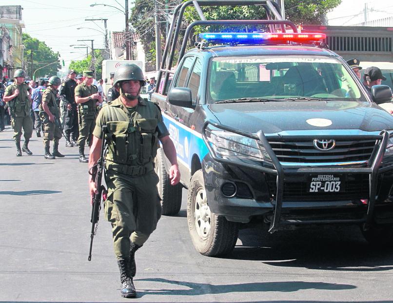 En marzo de 2015, pandilleros atentaron contra la fuerza pública afuera del hospital San Juan de Dios. (Foto Prensa Libre: Hemeroteca PL)
