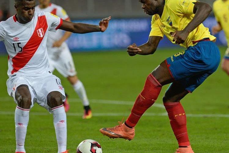 Christian Ramos durante un partido de la selección peruana contra Ecuador. (Foto Prensa Libre: AFP)