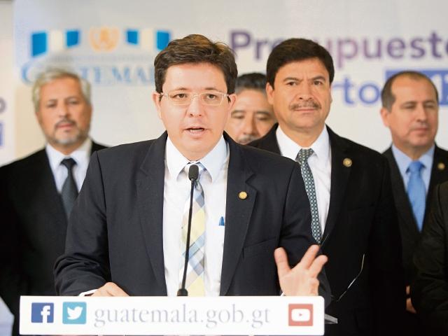 El ministro de Finanzas, Julio Héctor Estrada, junto autoridades de Justicia, en la reunión. (Foto Prensa Libre: Esbín García)