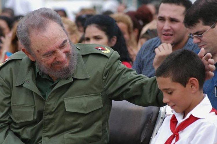 En esta fotografía de archivo del 2005 se ve a Fidel Castro tocando la cabeza del pequeño Elián González. (Foto Prensa Libre: EFE).