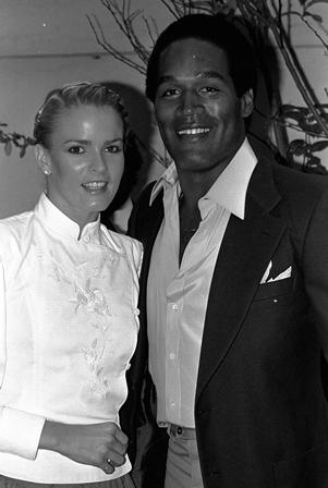 O.J. Simpson y su esposa Nicole Brown se reúnen en la fiesta en Beverly Hills de Los Ángeles.(AP).
