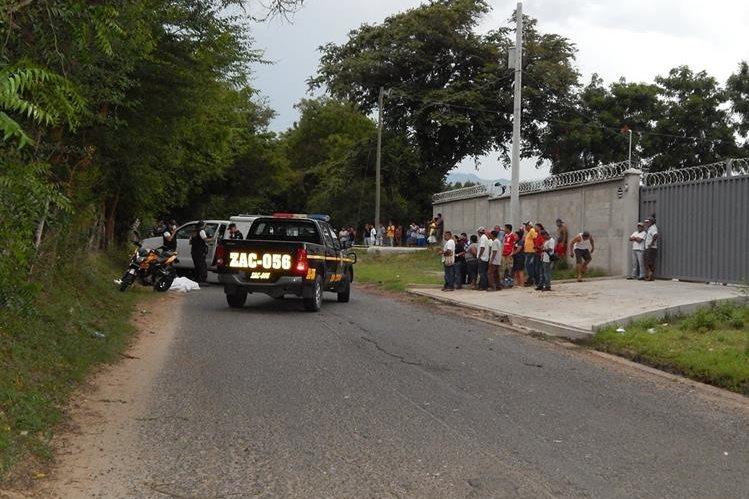 Peritos del Ministerio Público recolectan evidencias en la escena del crimen junto a investigadores de la policía. (Foto Prensa Libre: Víctor Gómez)