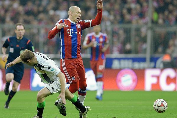 El jugador holandés Arjen Robben recibe una falta durante el partido de este domingo. (Foto Prensa Libre: AFP).