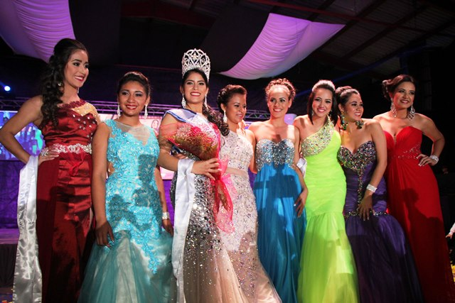 Glendy Maricela Vides Perdomo es acompañada por varias de las participantes. (Foto Prensa Libre: Eduardo Sam)