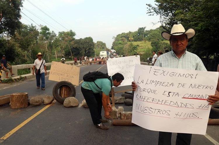 Los vecinos aseguran que la hidroeléctrica contamina los ríos. (Foto Prensa Libre: Rolando Miranda)