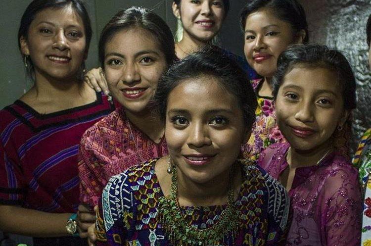 La exreina indígena (centro) ha participado en varios eventos culturales con la agrupación k´astijib´al Noj. (Foto Prensa Libre: Carlos Ventura)