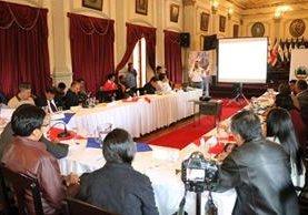 Representantes del Inde y de la Municipalidad de Quetzaltenango, durante una reunión. (Foto Prensa Libre: Carlos Ventura)