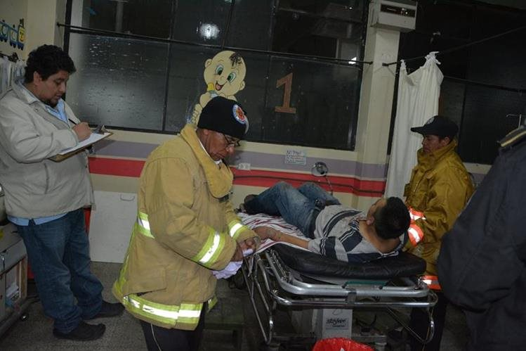 Socorristas trasladan a un hombre vapuleado al Hospital Nacional de Sololá. (Foto Prensa Libre: Édgar René Saenz)