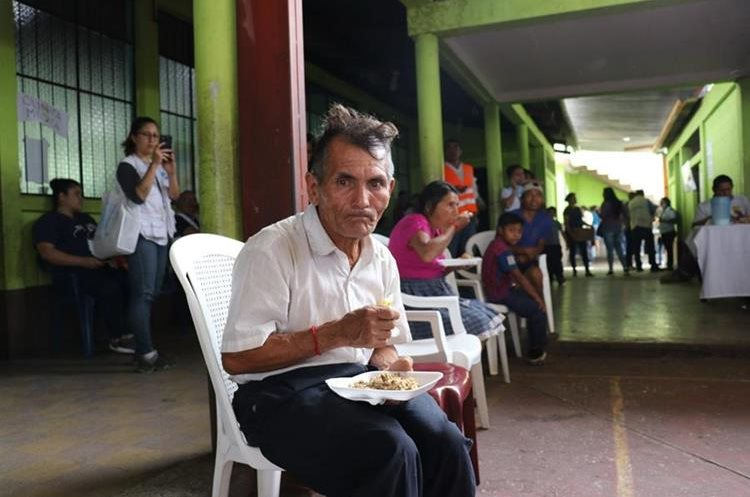 Demetrio Cárdenas, de 71 años, no tiene a dónde ir. Permanece en un albergue en San Juan Alotenango. (Foto Prensa Libre: Renato Melgar)