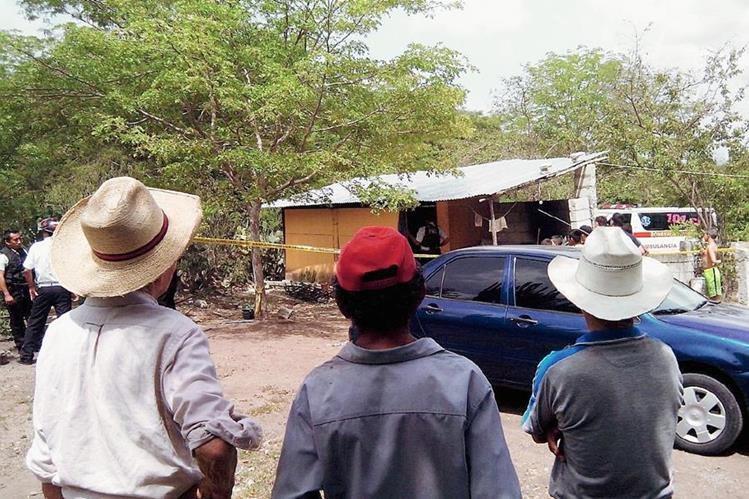 El cuerpo de la víctima fue encontrado en un cuarto de la granja, en Guastatoya, El Progreso.  (Foto Prensa Libre: Hugo Oliva)
