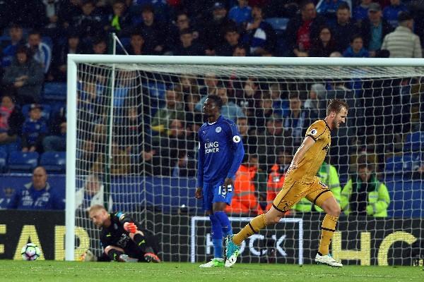 Harry Kane, del Tottenham, celebra uno de los goles contra el Leicester City. (Foto Prensa Libre: EFE).
