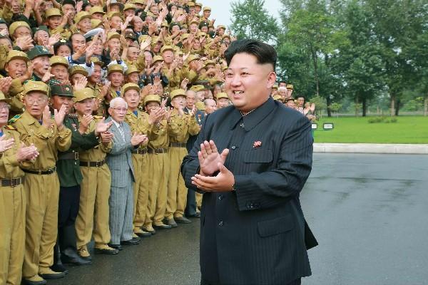 <em>Kim Jong-Un (der) asiste a la Conferencia Nacional de Veteranos de Guerra en Pyongyang. (Foto Prensa Libre:AFP).</em>