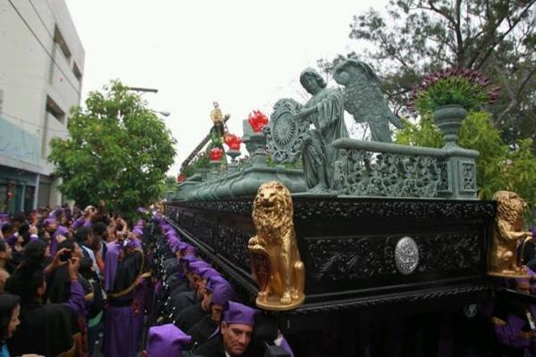 <p>La procesión inició su recorrido a las 3.30 horas. (Foto Prensa Libre: Óscar Rivas)</p>
