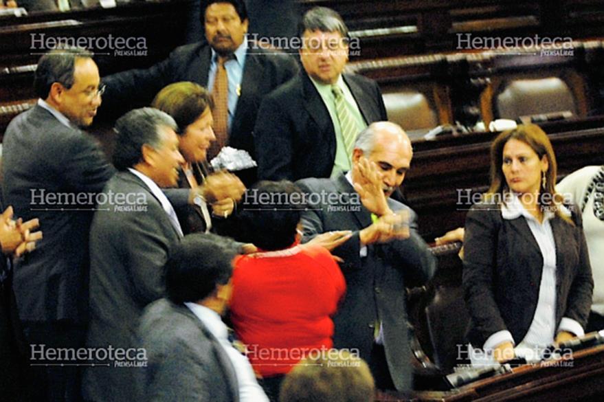 Las diputadas Elizabeth Donis (de espaldas) y Sonia Segura, de la bancada Líder, agreden a Mario Taracena el 19 de noviembre de 2009. (Foto: Hemeroteca PL)