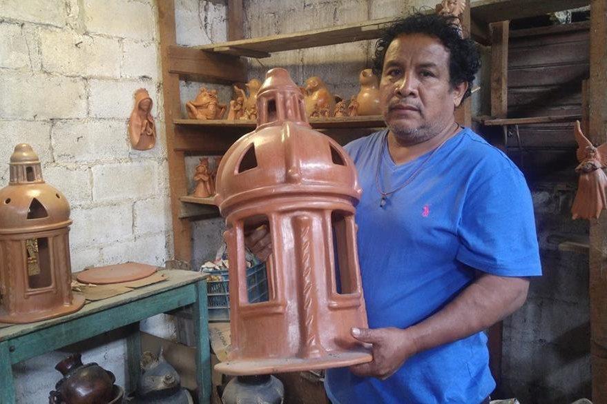 Efraín Martínez se dedica a la alfarería desde hace 15 años. Foto Prensa Libre: Roberto Villalobos Viato.