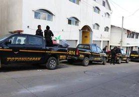 Unos 200 agentes de la PNC esperan instrucciones para ingresar al área de conflicto.(Foto Prensa Libre: Whitmer Barrera)