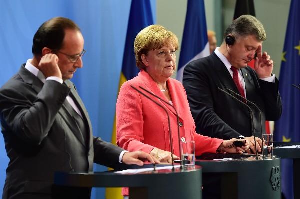 <em>La canciller alemana, Angela Merkel (c), el presidente francés, Francois Hollande (i), y su homólogo ucraniano, Petró Poroshenko (d),</em>