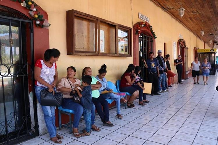Pobladores acuden a la comuna de La Democracia para efectuar trámites. (Foto Prensa Libre: Enrique Paredes).