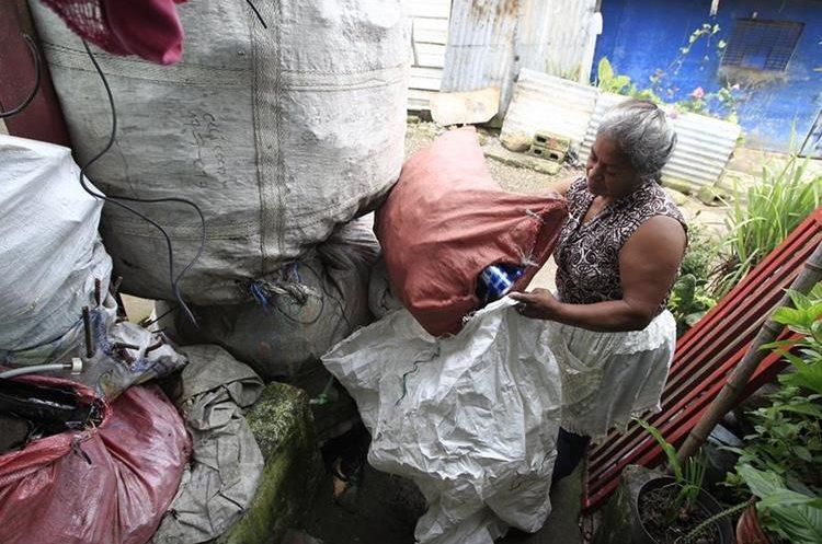 Marina Pérez Estrada, de Boca del Monte, comercializa productos reciclables desde hace 26 años. (Foto Prensa Libre: Carlos Hernández Ovalle)