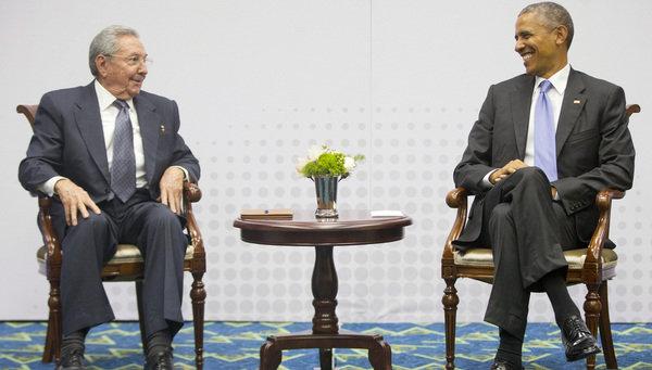 Raúl Castro (izquierda), presidente de Cuba, y su homólogo de EE. UU., Barack Obama, durante el encuentro histórico en Panamá en abril pasado. (Foto Prensa Libre: Hemeroteca PL).