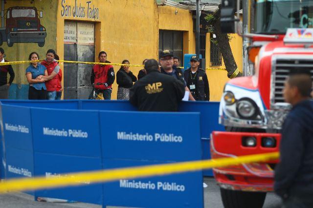 Investigadores revisan el autobús en el que murió el conductor Juan Antonio Rodas Andrino. (Foto Prensa Libre: Álvaro Interiano)