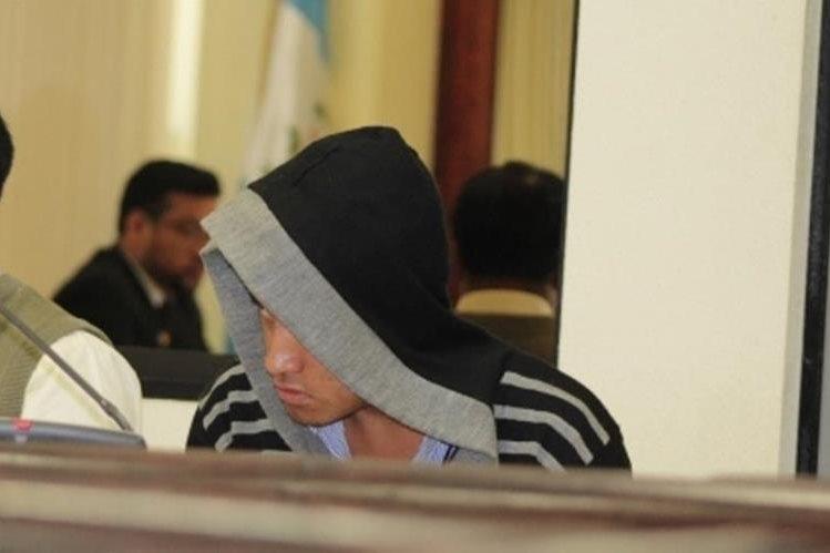 Marvin Michael Camacho, sindicado de un crimen, escucha la decisión del Juzgado de Femicidio de Quetzaltenango. (Foto Prensa Libre: María José Longo).