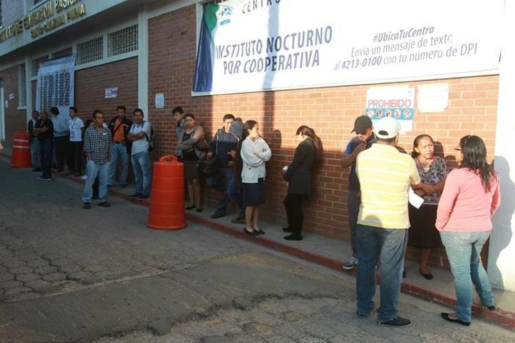 Los vecinos de El Cambray votaron en el Instituto Básico por Cooperativa en Santa Catarina Pinula. (Foto Prensa Libre: Estuardo Paredes)