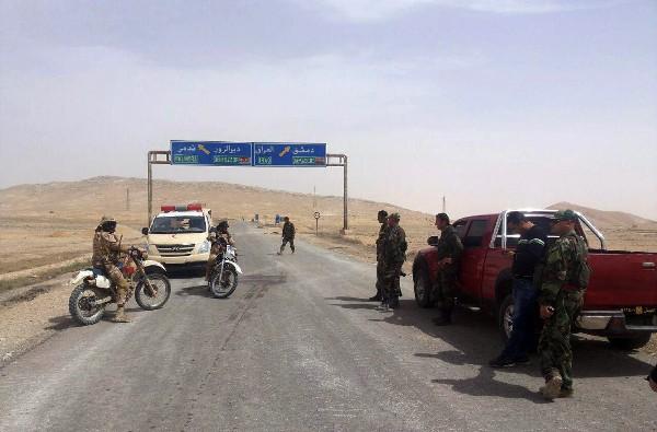 Soldados sirios se reúnen en la entrada de la ciudad de Palmira.(AP).