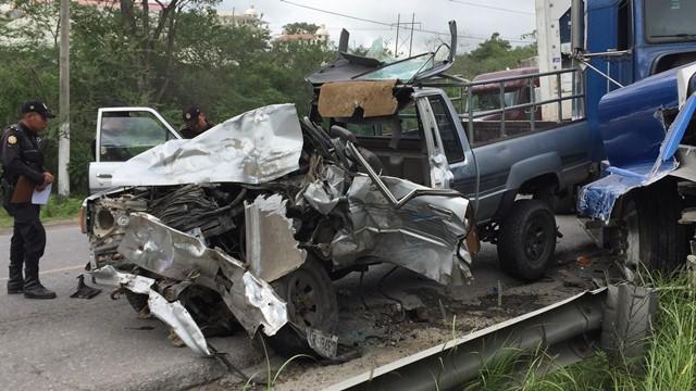 Según automovilistas el picop rebasó por el carril de sentido contrario en una curva y colisionó contra el tráiler. (Foto Prensa Libre: Hugo Oliva)