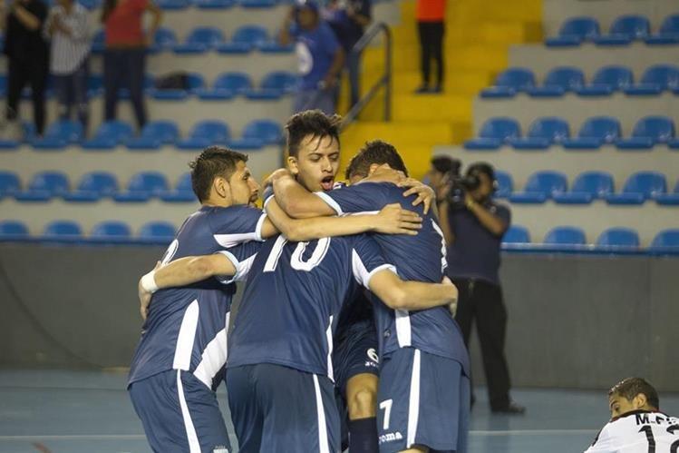 Los seleccionados nacionales se abrazan eufóricos después de derrotar ayer por 4-2 a Egipto, en el cierre de su preparación para afrontar la copa del mundo de Colombia. (Foto Prensa Libre: Norvin Mendoza)