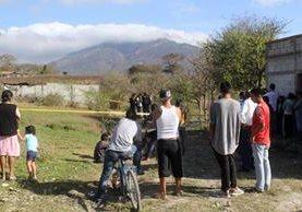 Pobladores de la colonia Brisas del Jumay, en la cabecera de Jalapa, observan a peritos del Ministerio Público recabar evidencias en escena del crimen. (Foto Prensa Libre: Hugo Oliva)