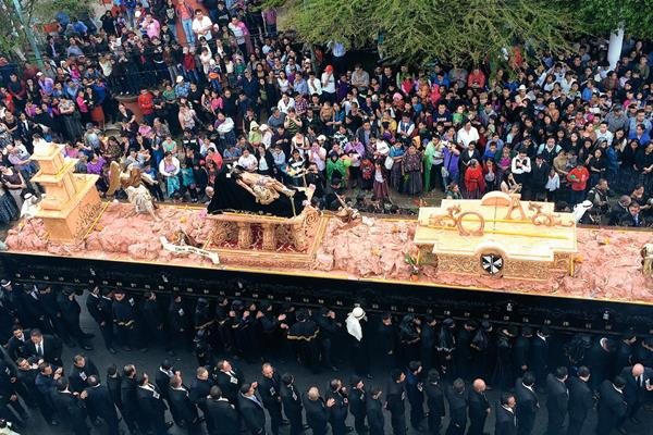 Procesión del Santo Entierro de la Catedral recorre calles de Cobán. (Foto Prensa Libre: E. Sam)