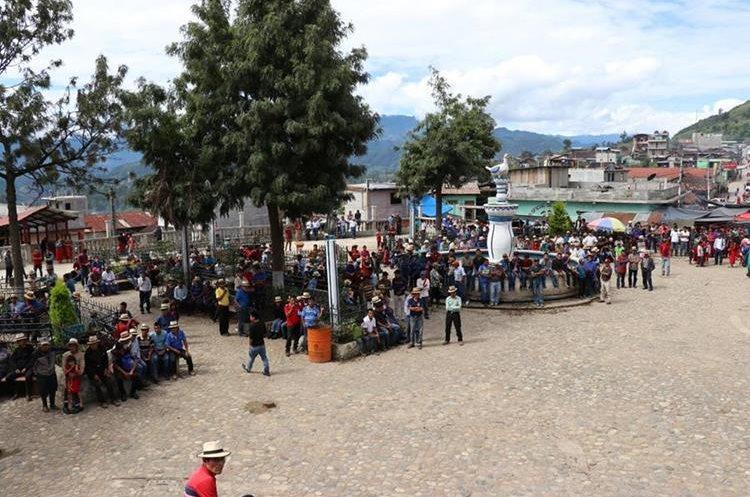 Parte de los vecinos que participó en la actividad en el parque de Chajul. (Foto Prensa Libre: Héctor Cordero).