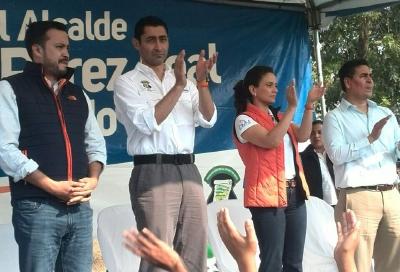 El diputado José Fernández, el alcalde Otto Pérez Leal y su esposa Estella Alonzo en la actividad oficial en Mixco. (Foto Prensa Libre: Henry Pocasangre)